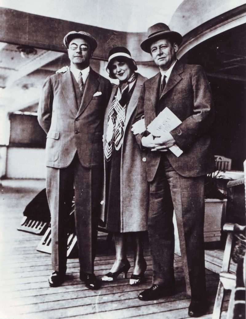On the transatlantic crossing to New York with her colleague Alfred Vagts in the early 1930s with a copy of the Hamburg-Amerika-Post magazine under her arm © Hamburger Bibliothek für Universitätsgeschichte.