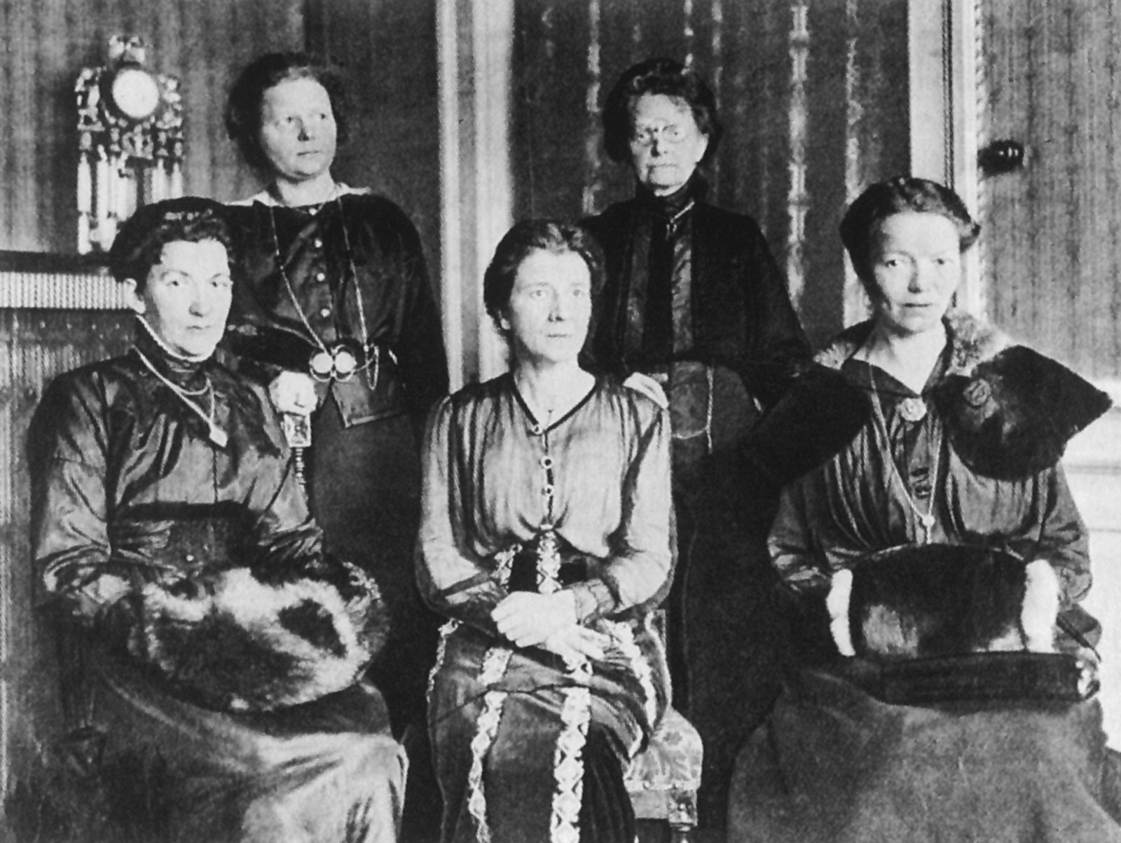 Delegates of the Deutsche Demokratische Partei (DDP, German Democratic Party), founded by Friedrich Naumann, shown at the National Assembly of the Weimar Republic in 1919: Elisabeth Brönner, Marie Baum, Gertrud Bäumer, Katharina Klose, and Elise Ekke. © Archiv und Museum der Universität Heidelberg.