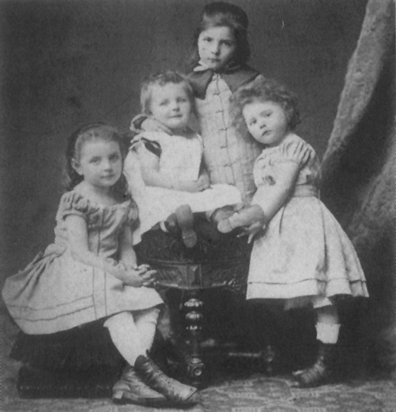 The four oldest children of the Baum family.  From left to right: Anna, Ernst, Rebecka, and Marie (at the age of four).  Photo, 1878, reproduced in 1901 © Archiv und Museum der Universität Heidelberg.